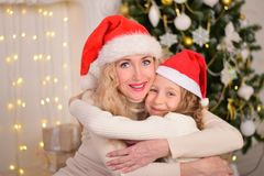 母亲和女儿新年圣诞节 免版税库存图片