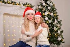 母亲和女儿新年圣诞节 免版税库存照片