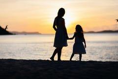母亲和女儿日落的 免版税图库摄影