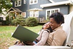 母亲和女儿有书的 免版税库存照片