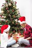 母亲和女儿有圣诞节礼物的 免版税库存图片