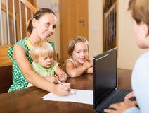 母亲和女儿有社会工作者的 免版税图库摄影