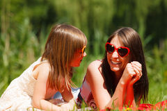 母亲和女儿有野餐在公园 库存图片