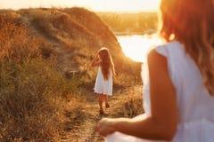 母亲和女儿步行的在乡下 图库摄影