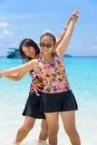 母亲和女儿海滩的在Similan海岛,泰国 免版税库存图片