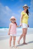 母亲和女儿海滩的 免版税库存图片