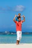 母亲和女儿海滩的 免版税库存照片