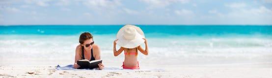 母亲和女儿海滩的 免版税图库摄影
