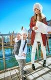 母亲和女儿游人在威尼斯,有的意大利乐趣时间 库存照片