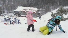 母亲和女儿演奏雪球 股票视频