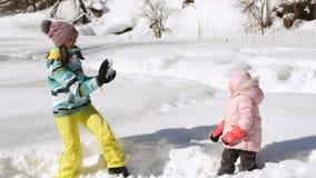 母亲和女儿演奏雪球 股票录像