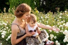 母亲和女儿漫步 免版税库存照片