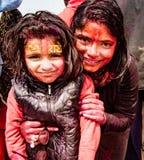 母亲和女儿炫耀他们的前额被绘的标志 免版税库存照片