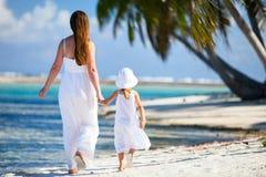 母亲和女儿热带假期 库存照片