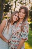 母亲和女儿爱  一个愉快的母亲和女儿在夏天公园休息 愉快概念的系列 库存图片