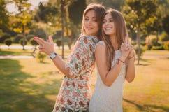 母亲和女儿爱  一个愉快的母亲和女儿获得乐趣在夏天公园 愉快概念的系列 库存图片