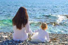 母亲和女儿由海 图库摄影