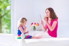 母亲和女儿申请组成 免版税库存图片
