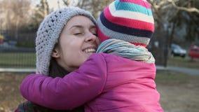 母亲和女儿看彼此和拥抱的3-4年 水平的射击 闩上构成概念系列螺母 愉快的童年 股票录像