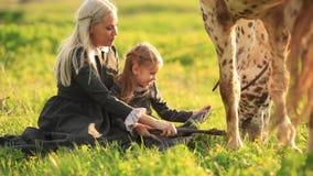 母亲和女儿看看马 影视素材