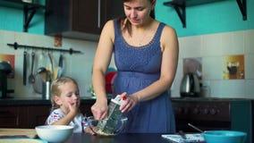 母亲和女儿磨碎乳酪 股票录像