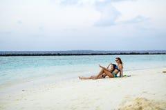 母亲和女儿神色向海洋 免版税图库摄影