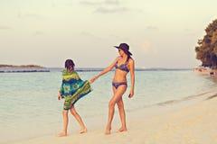 母亲和女儿神色向海洋 图库摄影