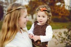 母亲和女儿秋天的 图库摄影