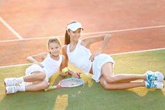 母亲和女儿纵向 免版税图库摄影