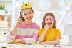 母亲和女儿纸辅助部件 库存照片