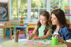 母亲和女儿绘画的画象 库存照片