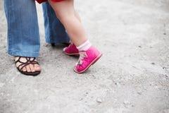 母亲和女儿腿 免版税库存图片