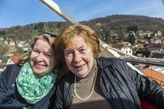 母亲和女儿获得乐趣在弗累斯大转轮 图库摄影