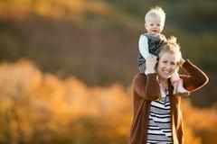 母亲和女儿获得乐趣在领域 库存图片