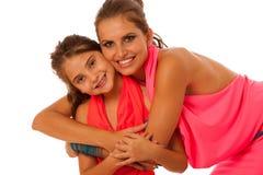 母亲和女儿谈话被隔绝在白色背景 免版税库存照片