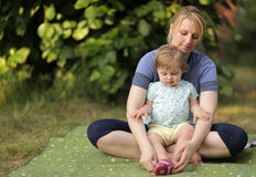 母亲和女儿野餐的 图库摄影