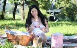母亲和女儿野餐 图库摄影