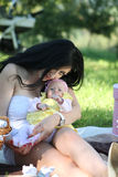 母亲和女儿野餐 免版税库存图片