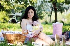 母亲和女儿野餐 库存照片