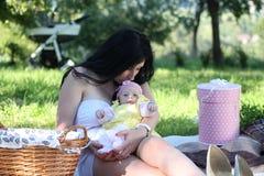 母亲和女儿野餐 免版税库存照片