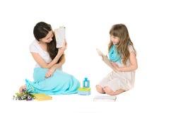 母亲和女儿阅读书 免版税库存图片