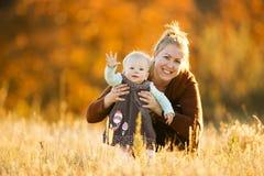 母亲和女儿领域的 免版税库存照片