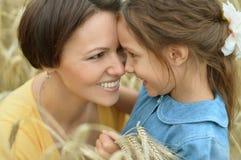 母亲和女儿领域的 免版税图库摄影