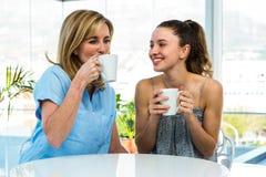 母亲和女儿饮料茶 免版税库存图片
