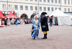 母亲和女儿18世纪城市居民的服装的 免版税库存图片