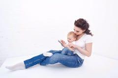 母亲和女儿 如果层单独需要的个人计算机压片他们您,箭头可能删除享用 图库摄影