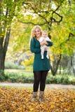 母亲和女儿婴孩在公园 免版税库存图片
