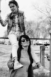 母亲和女儿 照片 黑色白色 图库摄影