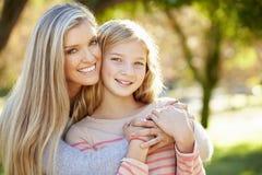母亲和女儿画象在乡下 库存图片