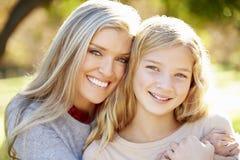母亲和女儿画象在乡下 图库摄影